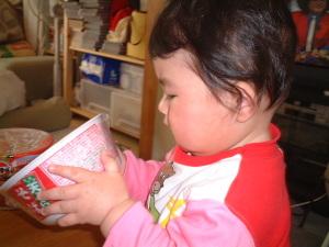 カップ麺の内容物を確認する赤ちゃん春海