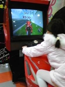 春海、バイクに乗る