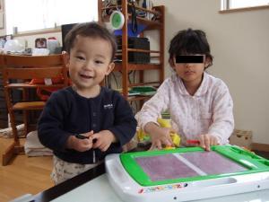 いとこちゃんとお絵かきボードで遊ぶ