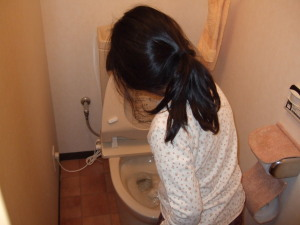 トイレ掃除をする春海