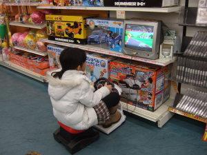 幼児用体験玩具で遊ぶ春海